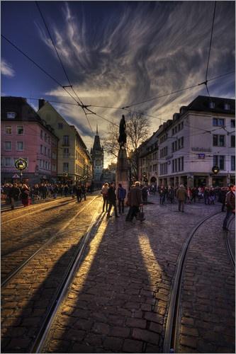 Bertoldsbrunnen:  Stadtmitte von Freiburg im Breisgau / Schwarzwald mit dem Bertholdsbrunnen und im Hintergrund das Martinstor. Abends kurz vor Sonnenuntergang