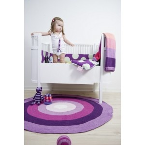 Coperta lavorata a maglia, tapetto e lettino Kili di Sebra Interior for Kids