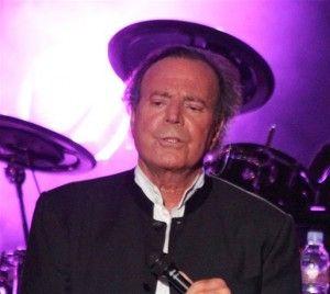 Julio Iglesias rinde homenaje a Óscar de la Renta con concierto benéfico en Punta Cana