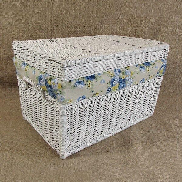 Wiklinowy kufer z płaskim wiekiem - biały z obszyciem (niebieskie róże)