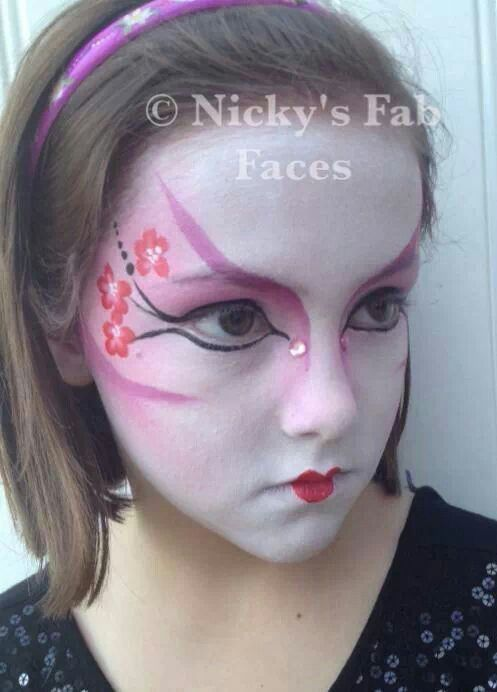 Geisha type face painting design. Maquillage