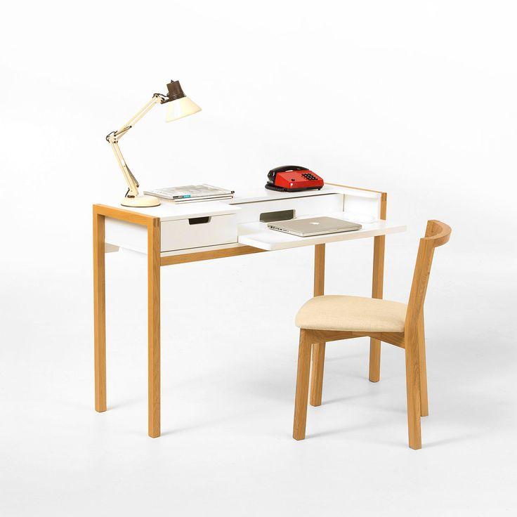 Farringdon e' una scrivania con ripiano estraibile per computer portatile e cassetto. La struttura e' in rovere massello, mentre il corpo e il cassetto sono realizzati in MDF verniciato di colore bianco. L'altezza da terra del piano di lavoro e' di 74 cm.