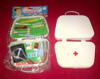 Mainan jadul peralatan dokter jadul, material dari plastik. Label kartonnya tertulis Made in China, tapi di mainannya made in Hongkong