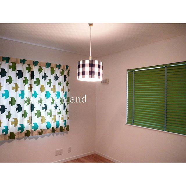 カーテンランドです。 子供部屋のおそろいコーディネート。男の子と女の子のお部屋がありますが、今回は男の子のお部屋をご紹介します。北欧系のブルーグリーンの鳥さん柄のカーテンとその中のグリーンを拾ってちょっと幅広50mmの横型ブラインドのコーディネートです。 #カーテンランド #オーダーカーテン #カーテン #curtains #子供部屋 #子供部屋インテリア #キッズカーテン #キッズインテリア #マイホーム #新築マイホーム #注文住宅 #ペンダントライト #メルクロス #北欧 #北欧インテリア #鳥柄 #おそろいコーディネート