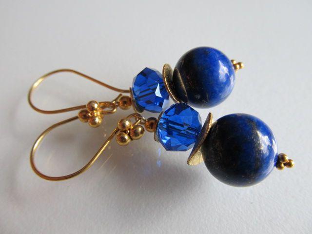 Oorbellen Jolijne grote lapis lazuli met een kristalglas blauwe rondel en mooie oorhaken met grote bollen.geheel goud op zilver.