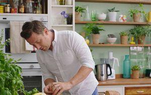 O chef britânico Jamie Oliver ensina a preparar um prato asiático, com atum selado e molho de gengibre e toranja