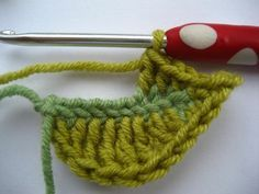 How to crochet a leaf - I so could have used this in the Fall!