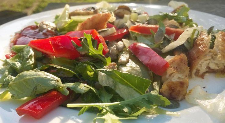 Afvallen ingewikkeld & saai? Niet met deze zomerse salade (2)! - De verleiding is groot om met mooi weer iedere dag op een terrasje gefrituurde tapas of allerlei andere borrelhappen te eten. Hartstikke lekker natuurlijk maar niet zon goed idee als je wilt afvallen.Salades zijnsnel gemaakt bevatten weinig calorieën en je kunt er eindeloos mee variëren. Je hoeft dus niet naar het letterlijke fastfood te grijpen om lekker te eten. Deze salade maakte ik met ingrediënten peultjes en gebakken…