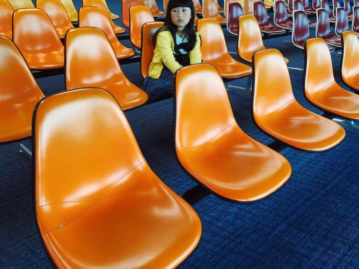 2016.4.9 love eames…! ・ 日々飛行機音の中にいる事が ほんとに嫌だと思ってた時もあったけど わたしの旅好きの原点はやっぱりここ  ・ ✈︎✈︎✈︎HND ・ #イームズ #鹿児島空港 #子供 #暮らし #eames #kagoshima #insta_good  #kids #vsco #vscocam #airport #yukatriplog
