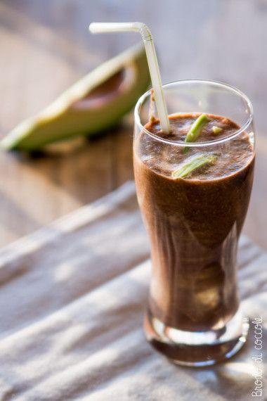 Smoothie di avocado e cacao. Un frullato gustoso e corposo per una colazione o merenda piena di energia.  #smoothie #frullato #avocado #cacao #energydrink #brododicoccole