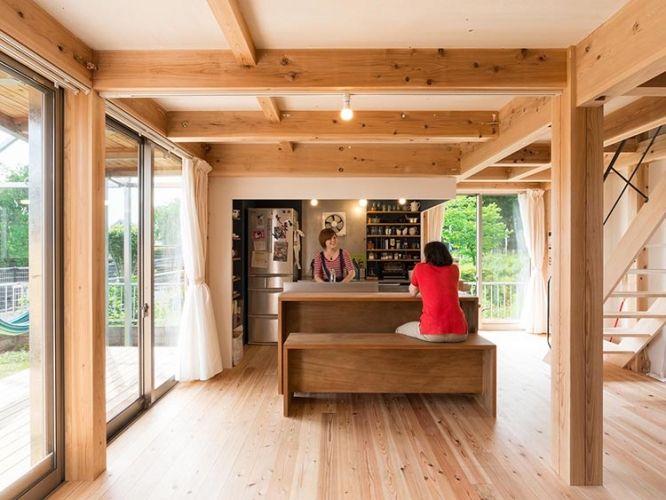 <p>合板で作ったお揃いのキッチンとベンチ。どっしりした存在感を放つデザインで、家族団欒の中心になる場所を演出。</p>
