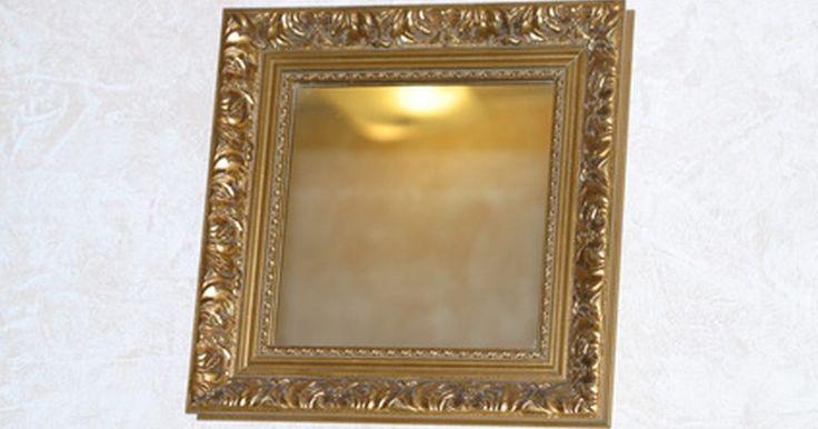 Como fazer um espelho de tela. Pode ser caro decorar uma casa, mas é possível economizar dinheiro fazendo suas próprias decorações com materiais acessíveis. Por exemplo, é possível transformar uma tela de arame básica em um espelho de tela chique usando alguns materiais de artesanato que podem ser adquiridos em uma loja de artesanato. Com a aplicação de tinta acrílica e folha ...