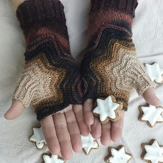 Zimtstern Mitts by Sybil R - free knitting pattern!! star shaped knitted fingerless gloves!