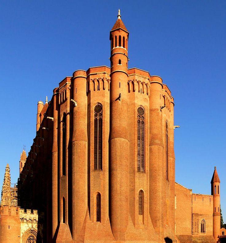 Machicoulis factices et clochetons du xixe siècle. Cathédrale Sainte-Cécile d'Albi (Tarn)