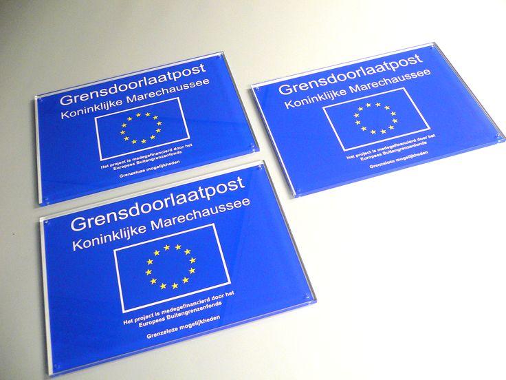 Naamplaten uit helder acrylaat, rondom gepolijst, altijd een keurig product om mee voor de dag te komen.