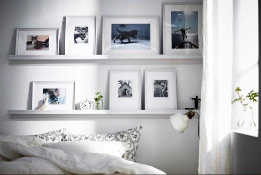 KNOPPÄNG hvitbeisede bilderammer på hvite KNOPPÄNG bildehyller