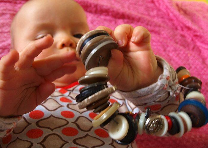 Basteln mit Kindern: Knopfkette für Babys