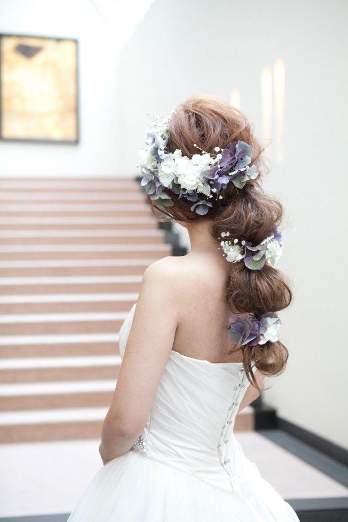 落ち着いたスモーキーカラーで ウェディングドレス・カラードレスに合う〜ラプンツェルみたいな花嫁衣装の髪型一覧〜