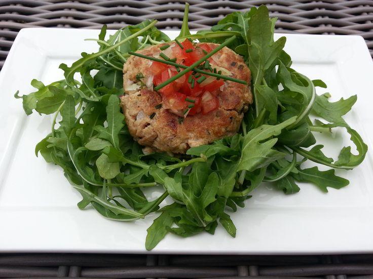 Koolhydraatarme tonijnburger met een tomatensalsa - http://www.volrecepten.nl/r/koolhydraatarme-tonijnburger-met-een-tomatensalsa-6994038.html