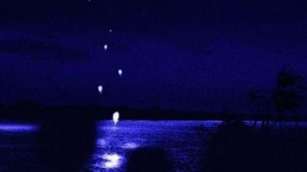 Enigmáticas bolas de fuego aparecen de las profundidades el río Mekong (Tailandia) cada mes de octubre. Las esferas —de color rojizo y de tamaño de un huevo— se elevan a una altura de hasta 200 metros y luego desaparecen. Se han visto durante siglos y la leyenda dice que las serpientes de río respiran fuego para llamar a Buda y volver a la tierra.