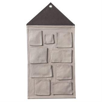 Skapa kreativ förvaring för de små med House väggförvaring i bomull från danska Ferm Living. Den husformade väggbonaden är försedd med nio stycken fack i olika storlekar där småsaker som pennor och leksaker kan gömmas undan. Den är även utrustad med en öljett så att du enkelt och smidigt kan hänga den på väggen. Välj mellan olika färger.