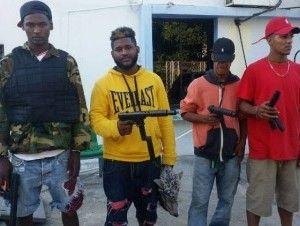 Apresan 4 jóvenes en La Vega viajaban en motocicletas con armas y ropa militar de juguete