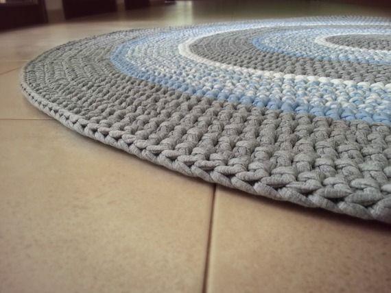 שטיח סרוג בעבודת יד מחוטי טריקו בגוונים עדינים של אפור בהיר, לבן ותכלת  מתאים מאוד לחדר ילדים- רך, נעים ומתנקה בקלות! קוטר 1.5 מ