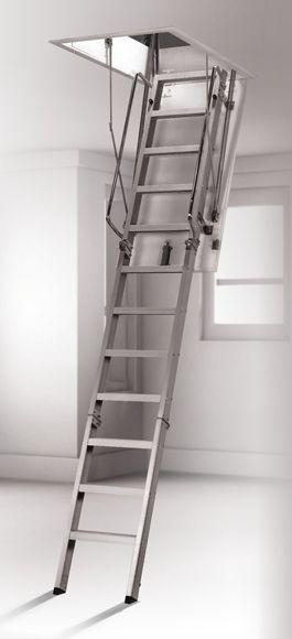 Escalera escamoteable plegable de tres tramos, fabricada en aluminio y cajón de madera de pino. Medida del hueco 120 x 60 cm. Altura del piso de entre 250 y 280 cm.