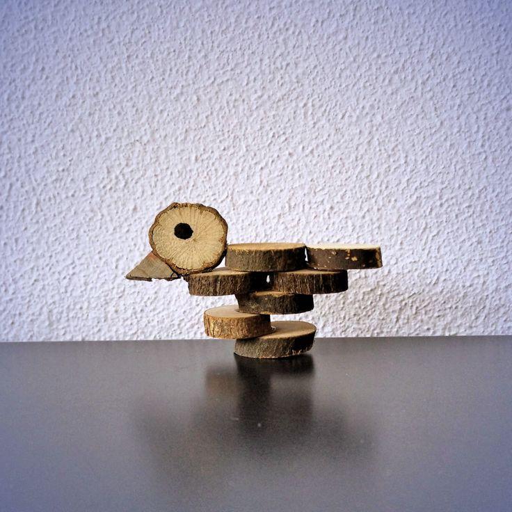 Houten knutselplakjes en lijm zijn de enige onderdelen die je nodig hebt om zelf een leuk vogeltje te knutselen. Wij laten hier natuurlijk zien hoe dat moet.