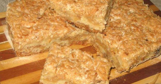 Этот удивительно вкусный, нежный яблочный пирог с манкой является блюдом болгарской кухни.