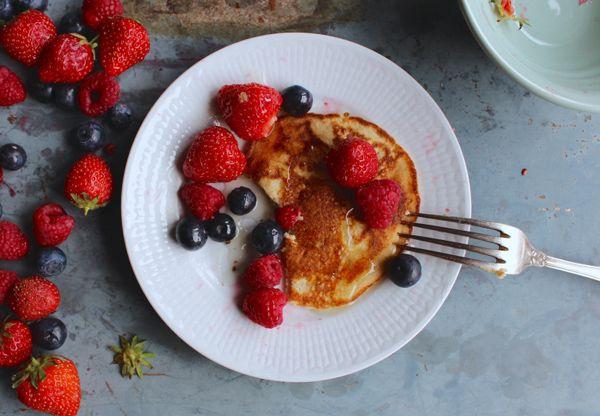 Supergoda, nyttiga och näringsrika är dessa naturligt glutenfria fullkornspannkakor från Nillas Kitchen. Varför inte göra dem till frukost i helgen. Smeten är gjord på havremjöl och fullkornsrismjöl.