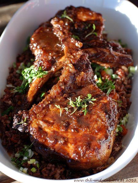 Im Ofen gebackene Schweinekoteletts in Ahornsirup-Sauce auf sehr rotem Reis
