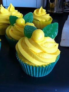 @KatieSheaDesign ♡❤ #cupcakes ❥  Green and gold cupcakes.