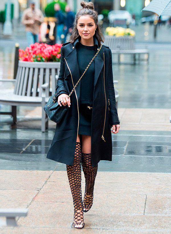 Street style look com sobretudo preto, vestido e sandália gladiadora Schutz.