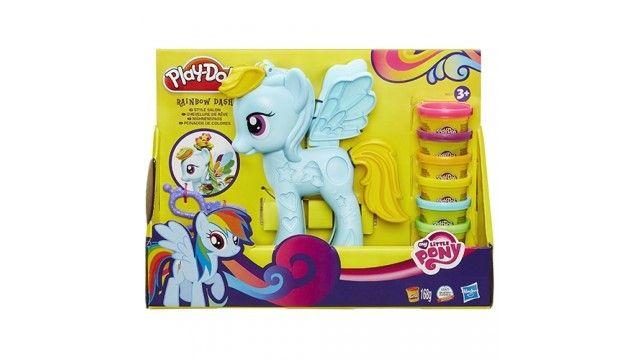 Play-Doh Ultieme Rainbow Dash  Wat is er nu leuker dan zoÂ'n betoverend snoezig ponyvriendinnetje? Een pony waarvan je het haar kunt laten ÂgroeienÂ! Deze ultieme Rainbow Dash speelset bevat een Rainbow Dash pony met persje en 6 kleuren Play-Doh boetseerklei. Je kunt een regenboogvlecht voor haar maken en hem afknippen met de schaar en allerlei snoezige versieringen knutselen! Met je Ultieme Rainbow Dash speelset kent je fantasie echt geen grenzen! De Ultieme Rainbow Dash speelset bevat een…