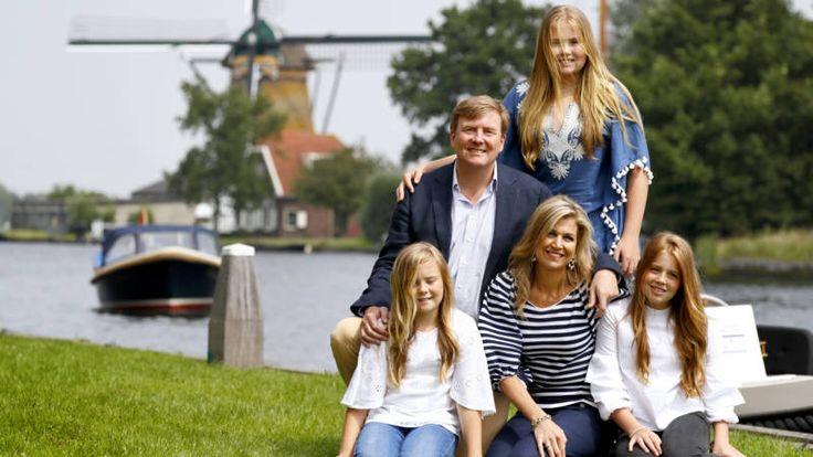 Het was weer tijd voor de jaarlijkse zomerfotosessie van de koninklijke familie. Dit jaar vond die plaats in Warmond aan de Kagerplassen.