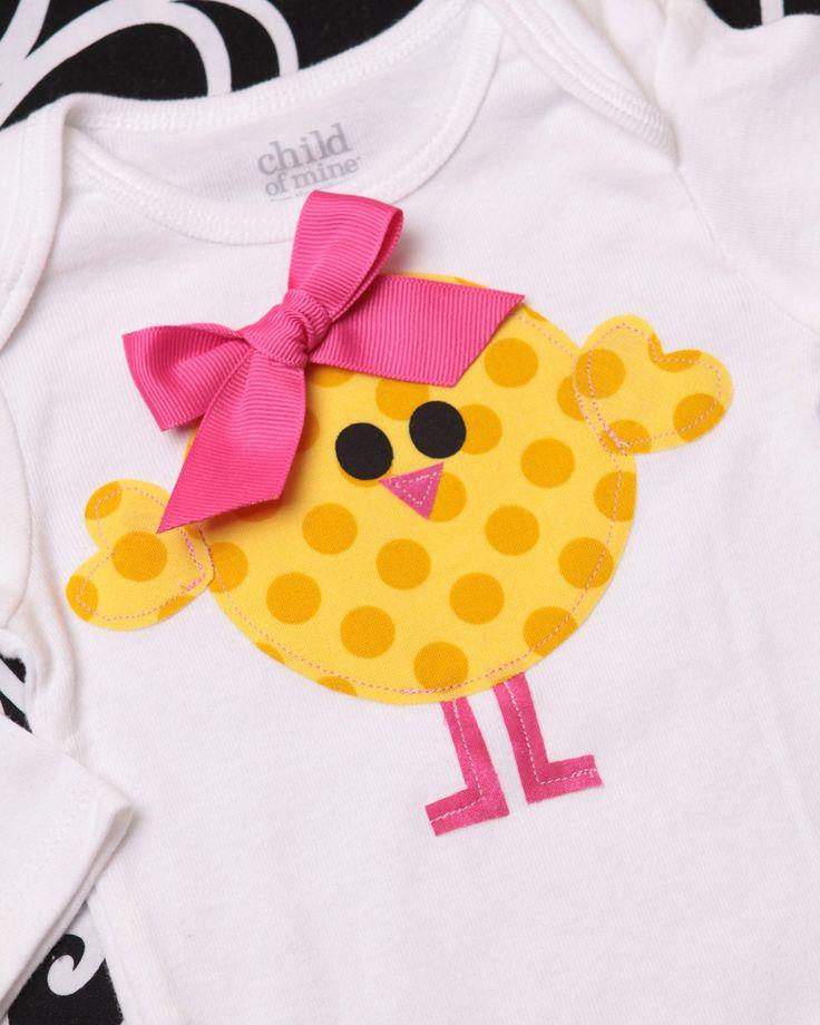 Aplicar tecido na camiseta em forma de pintinho.