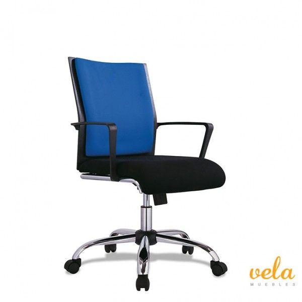 Silla de oficina de respaldo en nylon. 5 patas cromadas con ruedas. Estructura de acero cromado. Con apoyabrazos. Pistón hidráulico. Cojín azul en respaldo y negro en asiento.