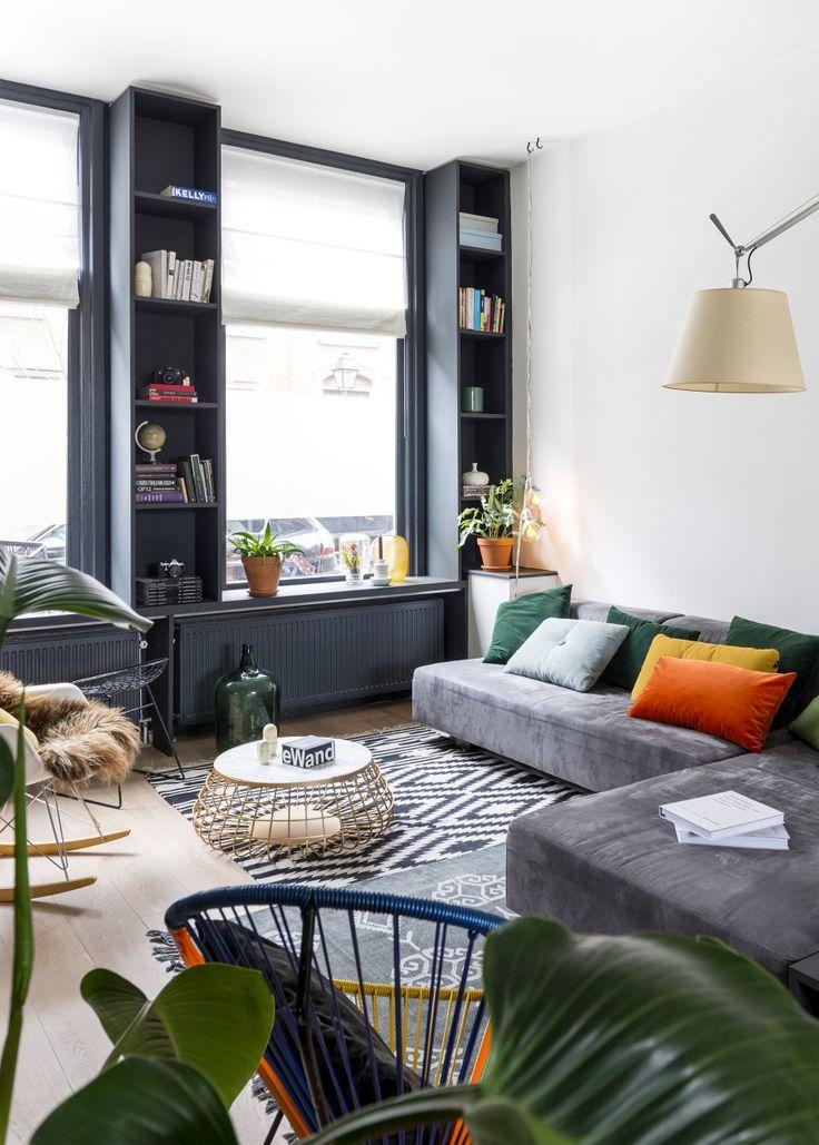 Grijze zithoek met inbouwkasten | Grey living area with cupboards | vtwonen 09-2016 | Fotografie Stan Koolen | Styling Jelle van de Schoor