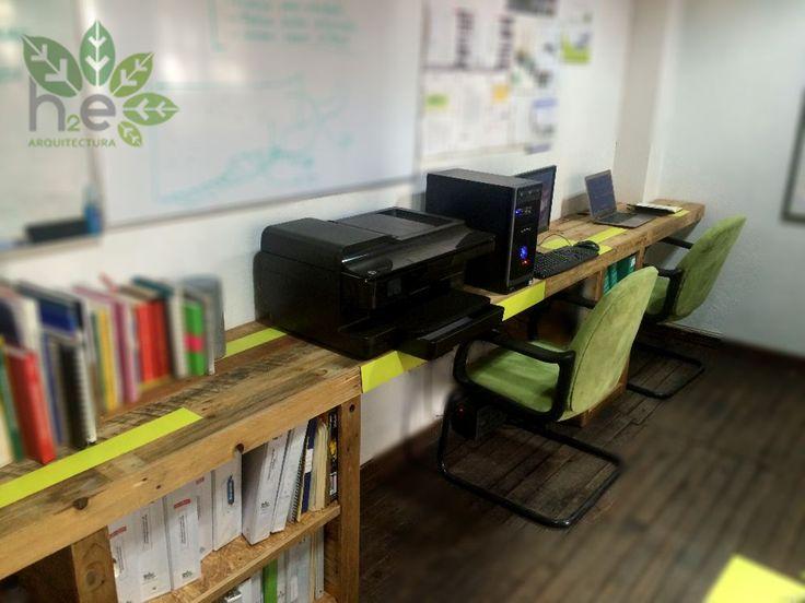 Escritorio lineal para oficina de pallet reciclado. H2E ARQUITECTURA