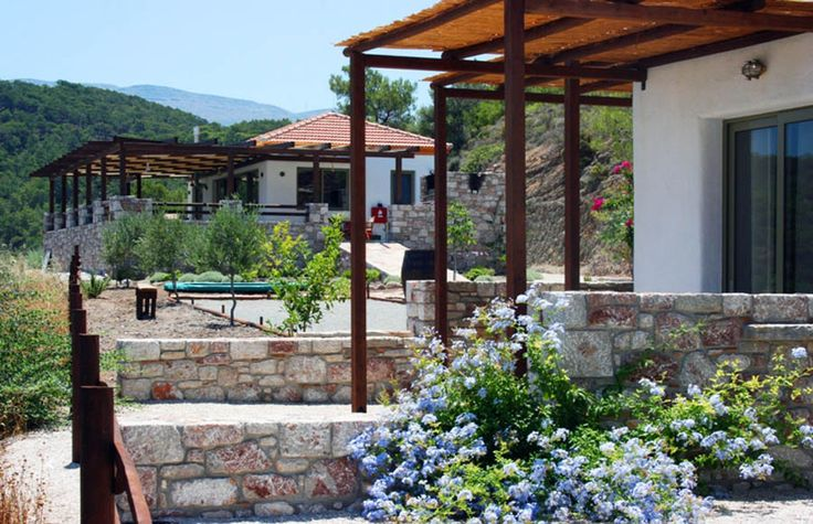 Auberge Kalopetri is in the middle of an oasis of peace and nature, surrounded by lemon trees and overlooking the Aegean Sea. The resort is 26000m² and all the rooms have sea - and mountain view.