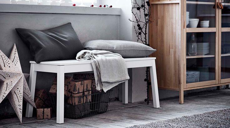 IKEA SIGURD bänk med filtar och kuddar på.