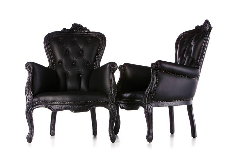 Smoke Chair   by Maarten Baas   Deze stoelen zijn afgemaakt met vuur. Het hout is verbrand en dat geeft een mysterieuze sfeer.