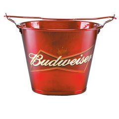 """Beba sua cerveja gelada no balde da maior cervejaria do mundo, a """"Bud"""", carinhosamente apelidada por seus amantes, caiu no gosto dos brasileiros, fazendo com que sua marca represente o bom gosto do anfitrião."""