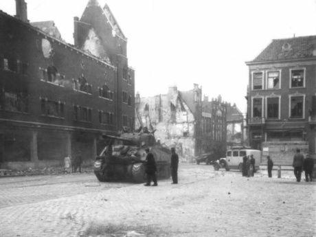 Engelse tank op het Valkhofplein, september 1944