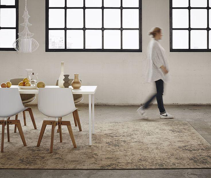 Een #Vintage #vloerkleed zorgt voor een gezellige sfeer in de #eetkamer en heeft een positief effect op de akoestiek.