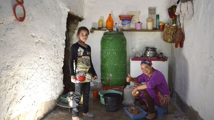 Hafida (10) uit Marokko woont nu nog bij haar ouders, maar omdat de dichtbijzijnde middelbare school ruim 50 kilomter verder ligt, gaat ze straks logeren in het stadje waar de school staat.