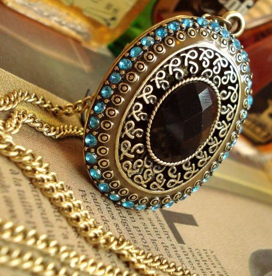 """Retro Chain with an intricate Black and Blue Stones Pendant  Product ID               : N0006 Main Colour             : Gold Available Colours      : Gold Price                       : CAD 10.90 Style                       : Chain with Pendant Metal Type              : Zinc Alloy Main Stone              : Zinc Alloy Necklace Length       : 30"""""""