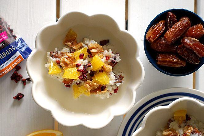 Risgrynsgröt med dadlar, granatäpple, apelsin- och valnötter | Kung Markatta - kungen av ekologiskt. Risgrynsgröt med dadlar, granatäpple, apelsin- och valnötter  Här serveras den klassiska julgröten på ett nytt sätt med dadlar, granatäppelkärnor, apelsin och valnötter. Smaker som alla förknippas med julen. En gröt som passar perfekt att starta tidiga decembermorgnar med.