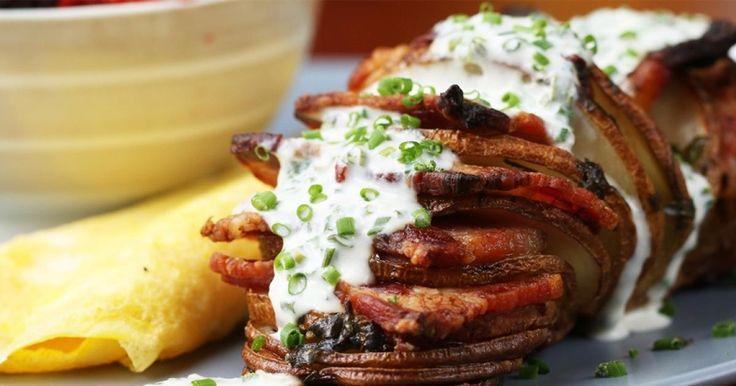 Napi tuti recept: baconnel tűzdelt tepsis burgonya, snidlinges öntettel | Femcafe